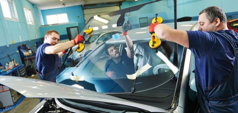 Mecanici auto inlocuiesc parbriz autoturism