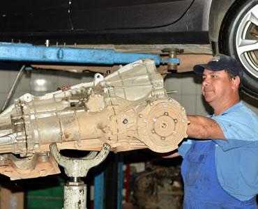 Mecanic auto repara motor